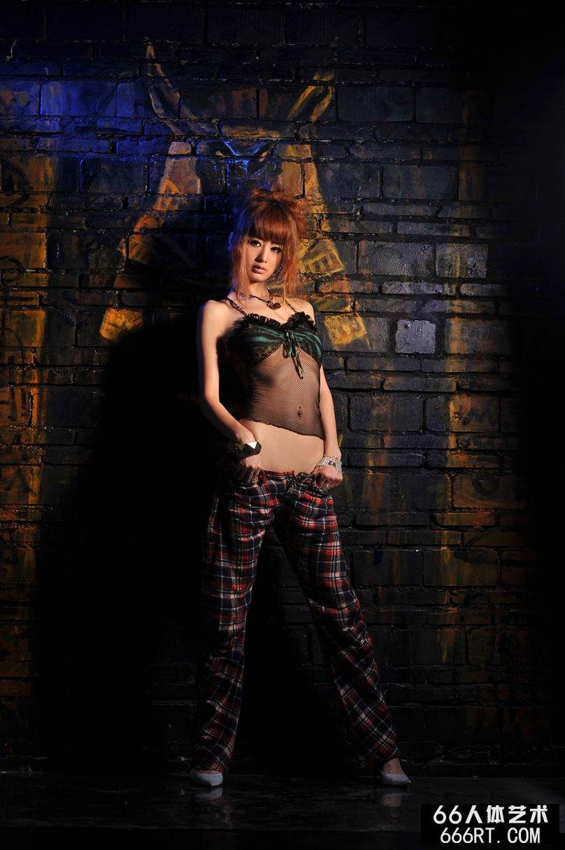 女人人体艺术_嫩模yumi09年5月25日室拍傲人身材