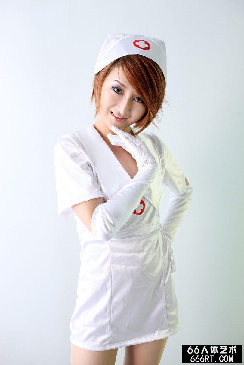 靓模小魔女09年8月29日室拍美丽护士装