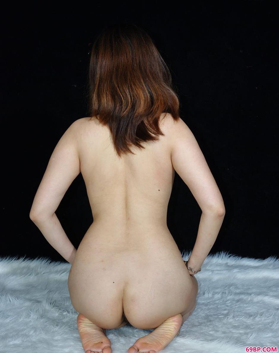 美模美惠羊毛垫上的娇嫩人体