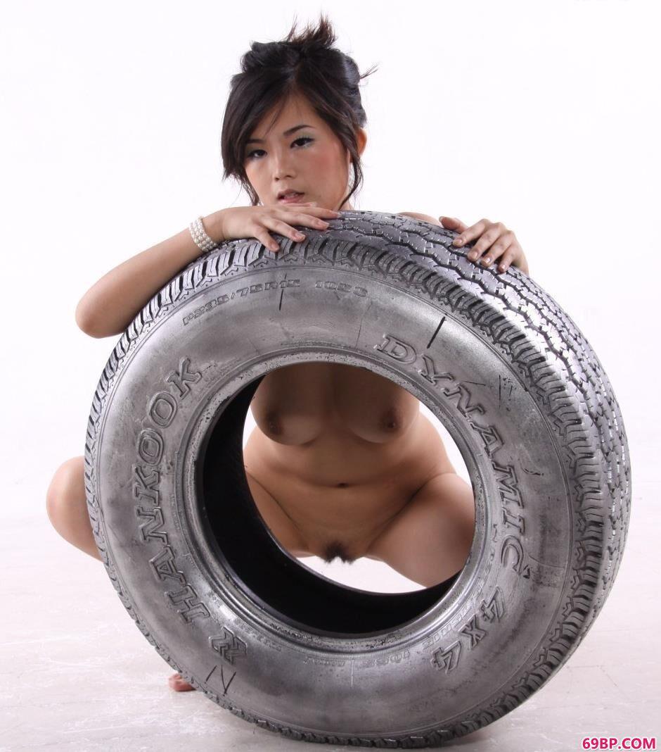 超模可馨室拍轮胎上的可人人体