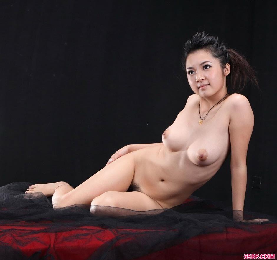 靓妹洋娃娃黑室内沙发上的抚媚人体_大胆的人体