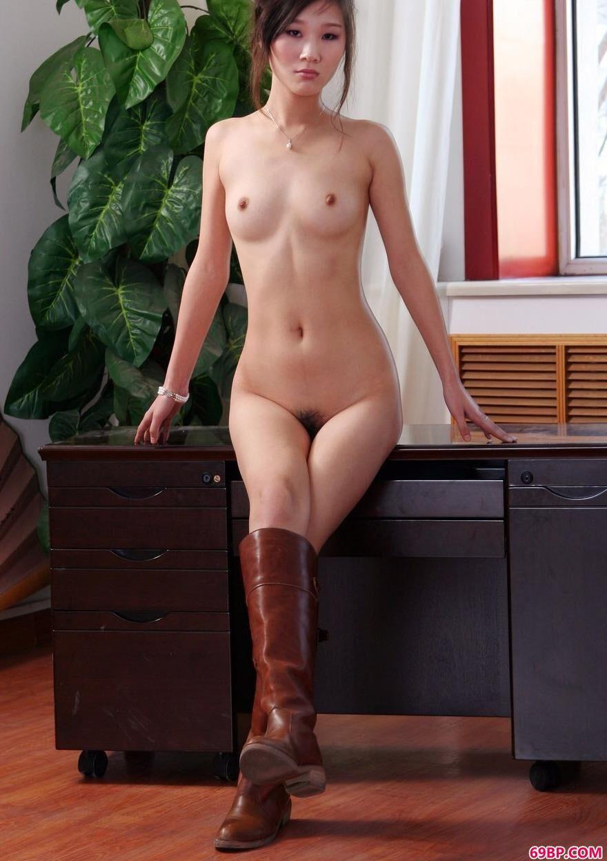 第一次俄罗斯破女初在线观看_美人彭佩丝办公桌上的魅惑人体