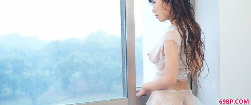 美女稞体_窗台上嫩模蓝衣1