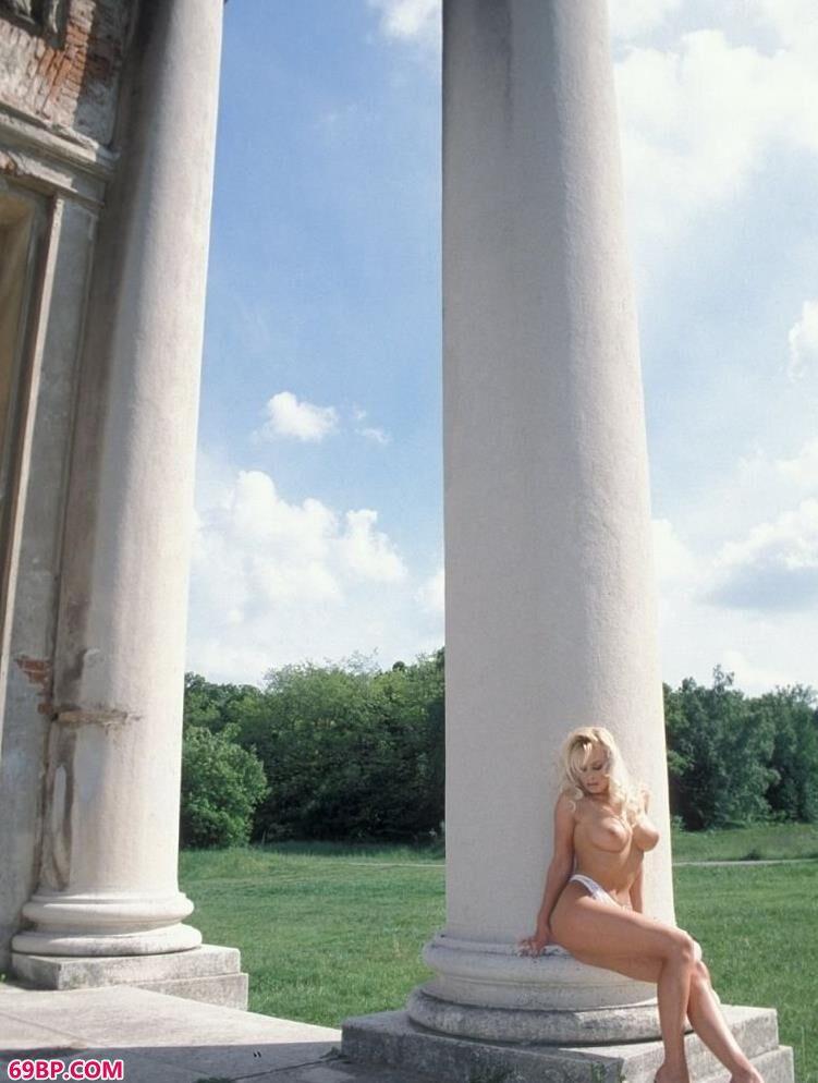 超模多琳在城堡遗迹前的美丽人体