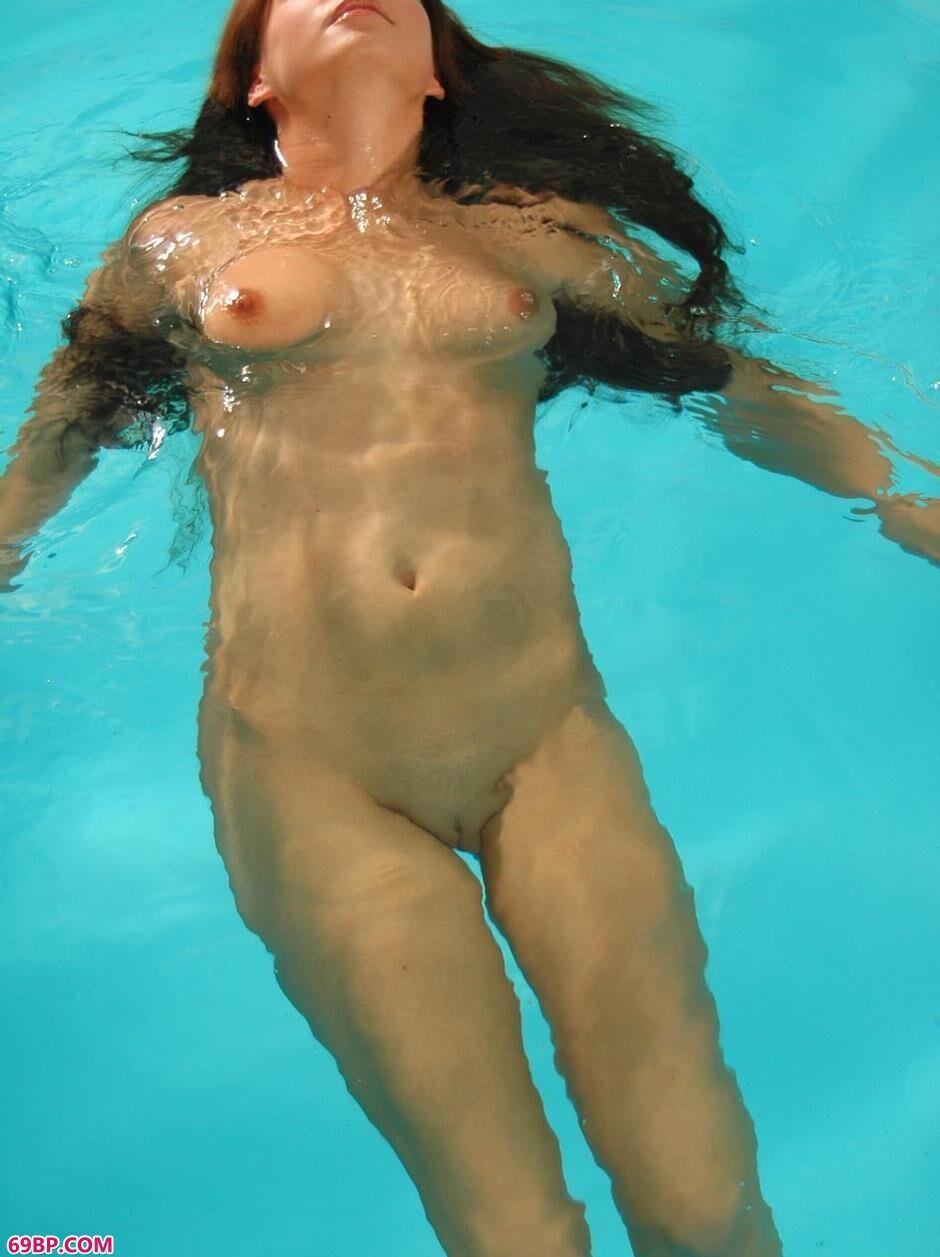 捷克妮娜阿泳池里的美模4_娇小XXX18十19