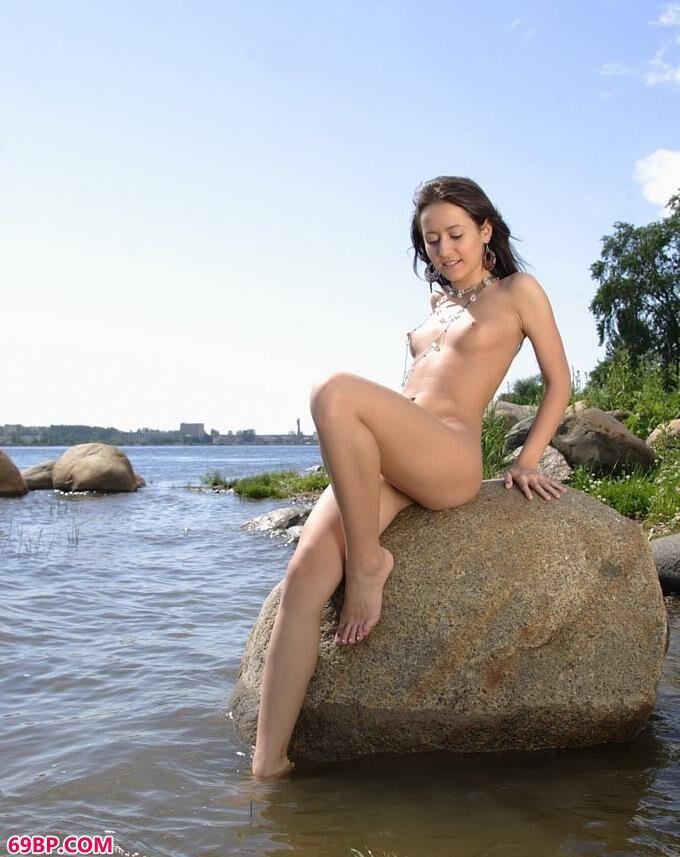 妹子Savina水中石头上的妩媚人体