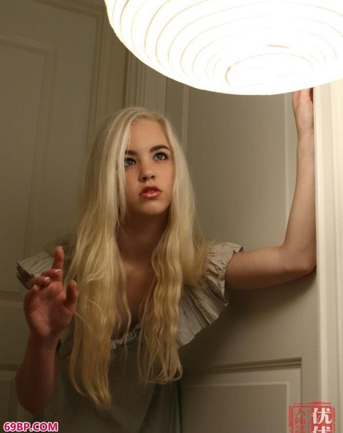 深夜闺房里的白发女子