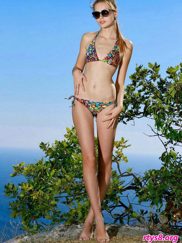 外拍山顶上穿内衣姑娘ELLETAN,十八日本少女人体艺术