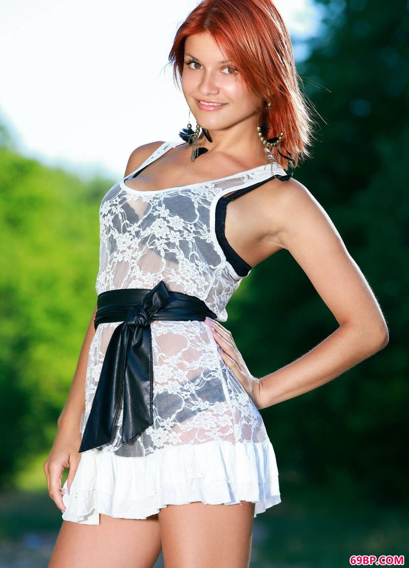 绿色小径上的红发女人Violla_s型美女